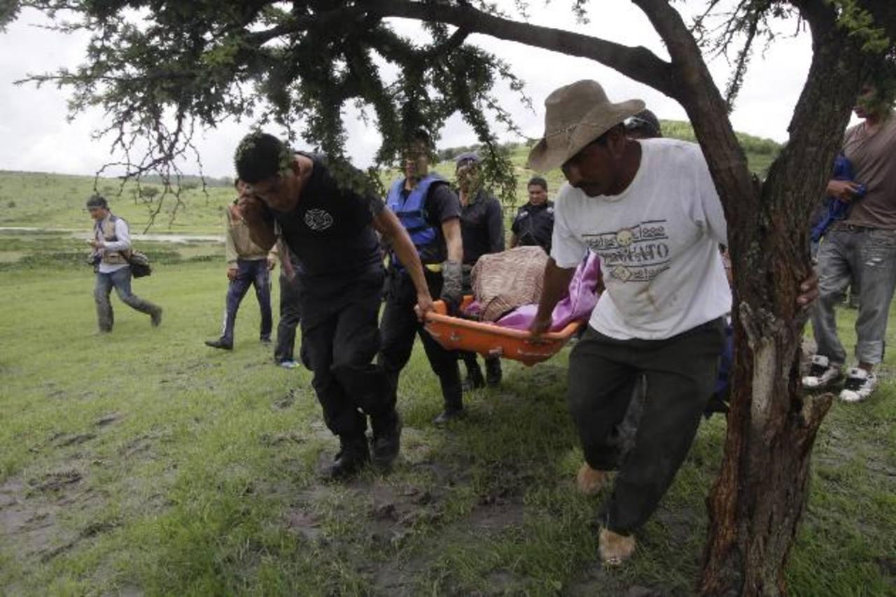 Equipos de rescate recuperan los cuerpos de personas ahogadas al ser arrastradas por la corriente en el poblado de Azumiatla, en Puebla, tras las intensas lluvias por el huracán Cristina. EDH / EFE