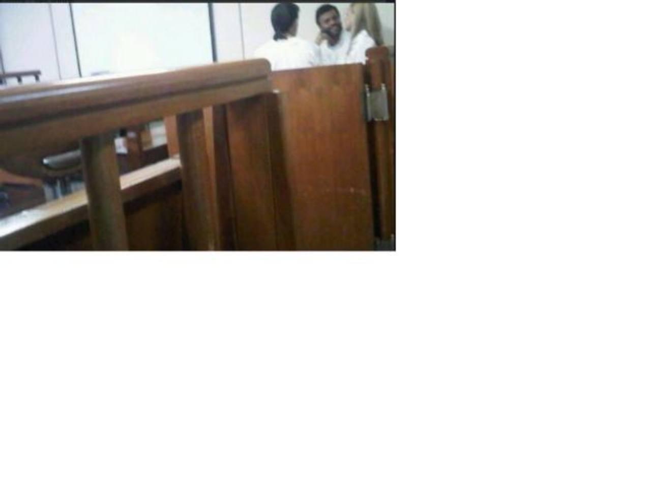 La foto fue tomada a escondidas mientras Leopoldo López y su esposa esperaban que se dictara sentencia.