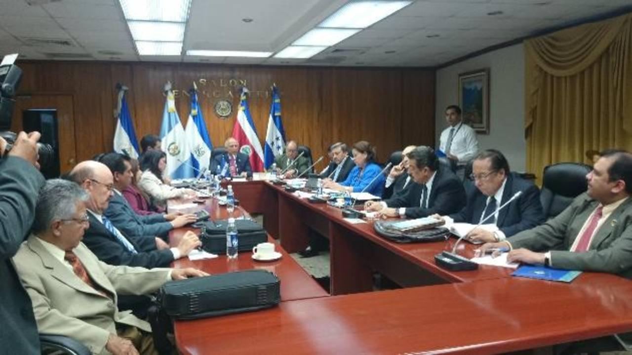 Diputados recibieron ayer a varios abogados para recibir sus aportes por pleito con Honduras. foto edh / eugenia velásquez