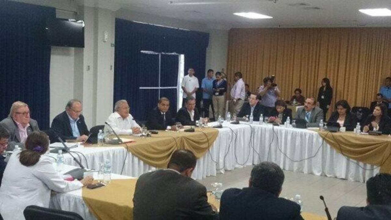 Sánchez Cerén discute con partidos políticos sobre reforma tributaria