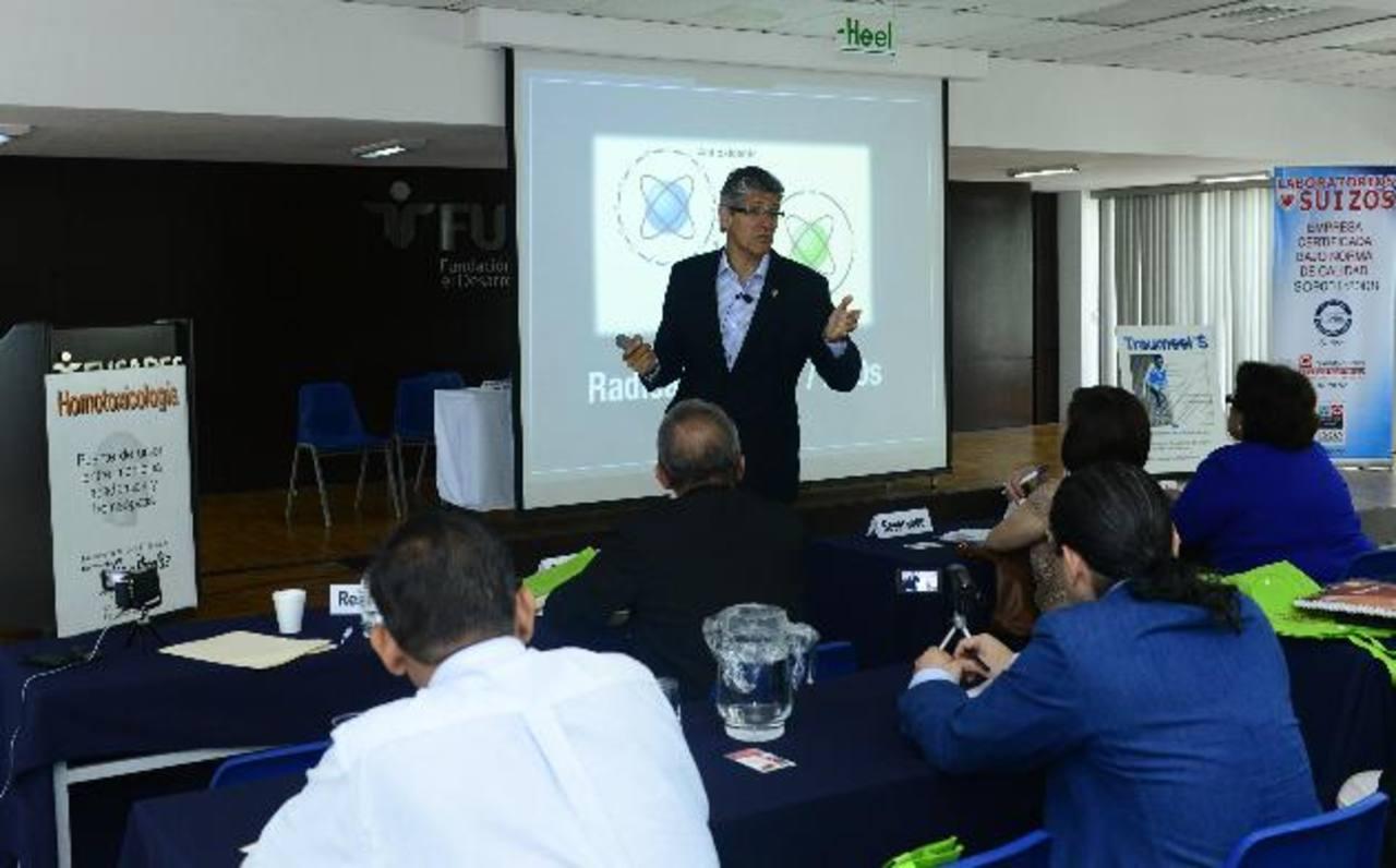 El seminario fue impartido por el doctor Juan Carlos Herrera, en el auditorium de Fusades. foto edh / René estrada