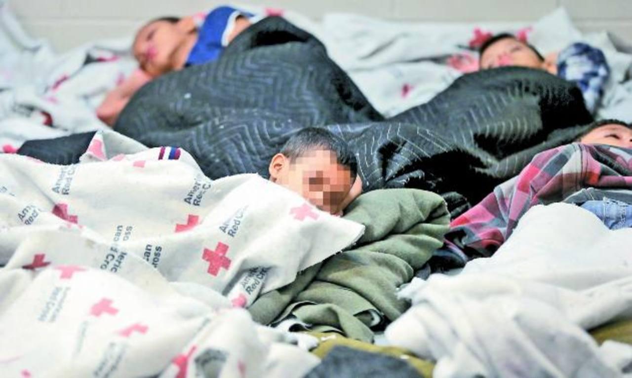 Niños detenidos duermen en una celda en un centro de procesamiento de Aduanas y Protección Fronteriza de Estados Unidos. en Brownsville, Texas. foto edh / ap