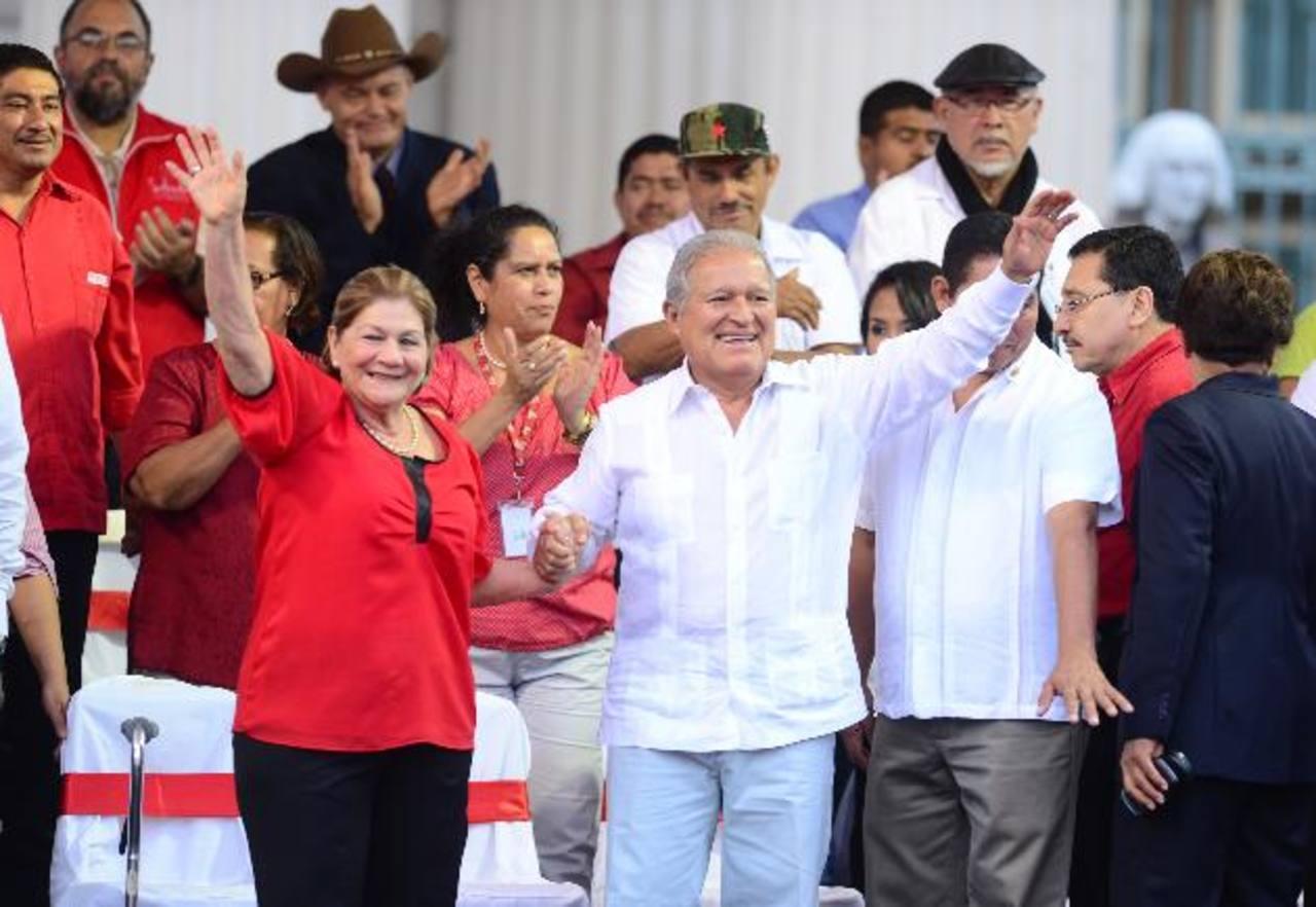 Salvador Sánchez Cerén celebró ayer en la Plaza Cívica junto a su esposa su investidura como Presidente. foto edh / JORGE REYES