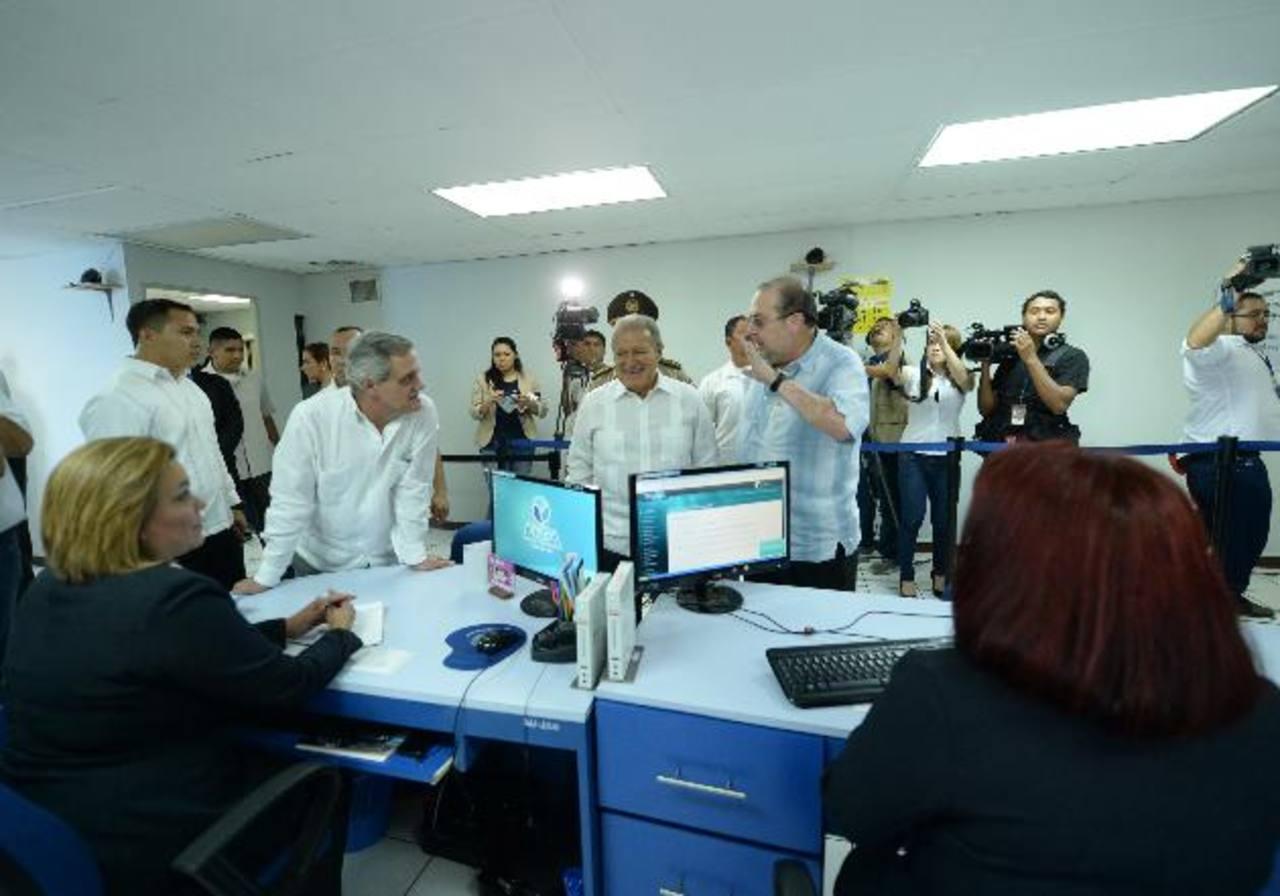 El presidente Salvador Sánchez Cerén realizó ayer un recorrido en las instalaciones centrales de la Anda. foto EDH / Marlon Hernández