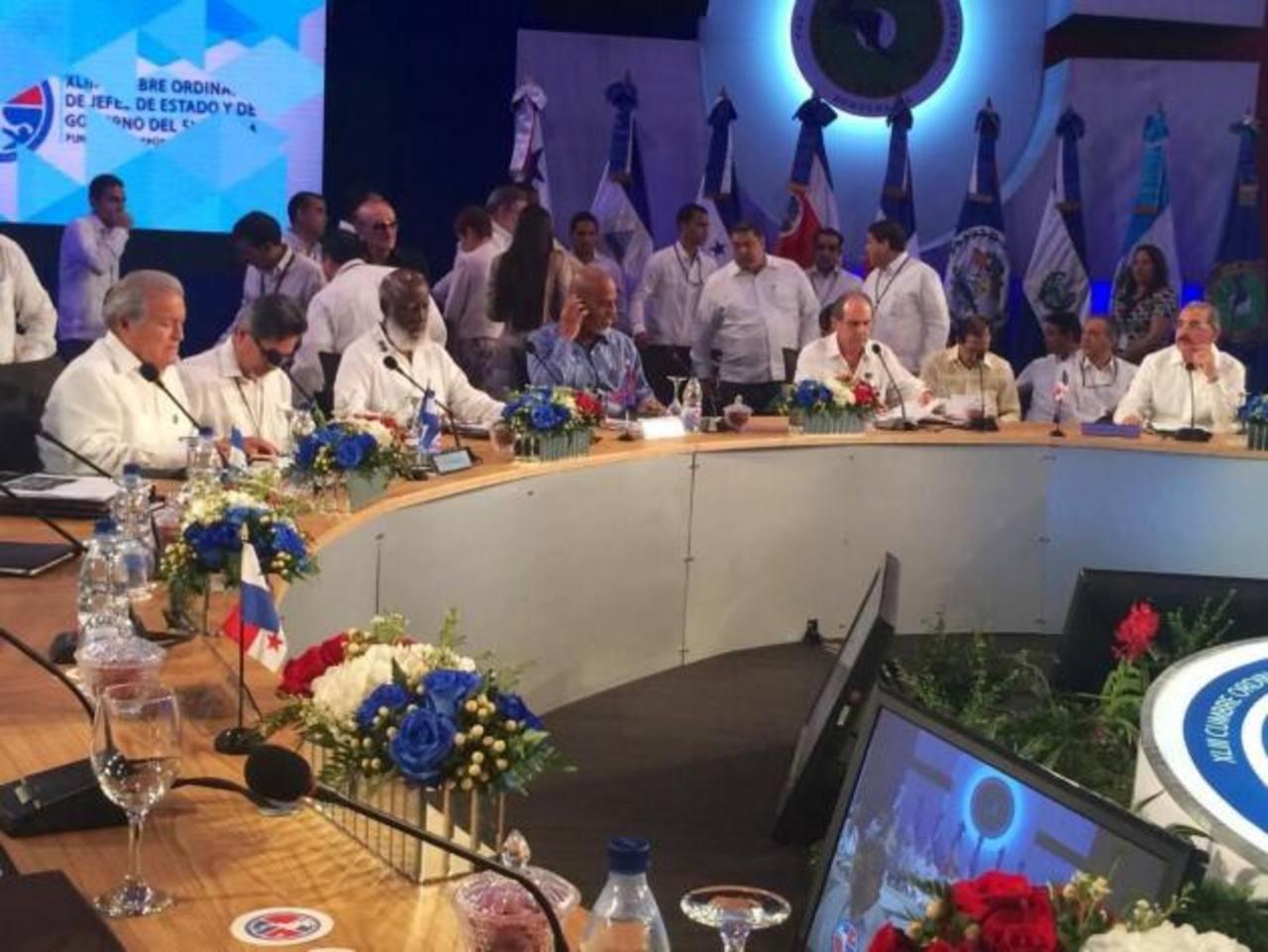 Presidente salvadoreño entre mandatarios en reunión en dominicana.