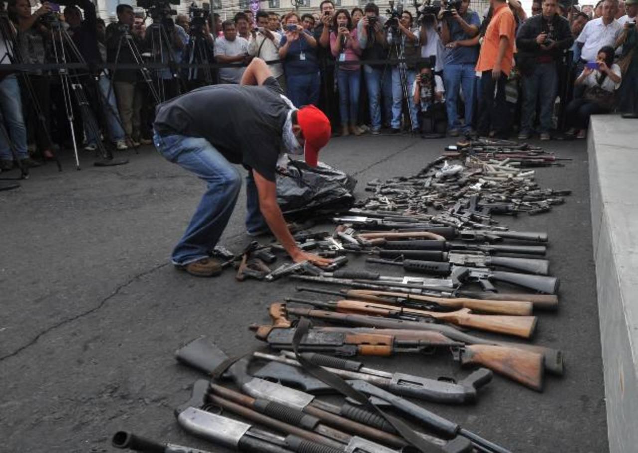 El director de la Policía, Mauricio Ramírez, asegura que las pandillas se abastecen de armas fuera del país.