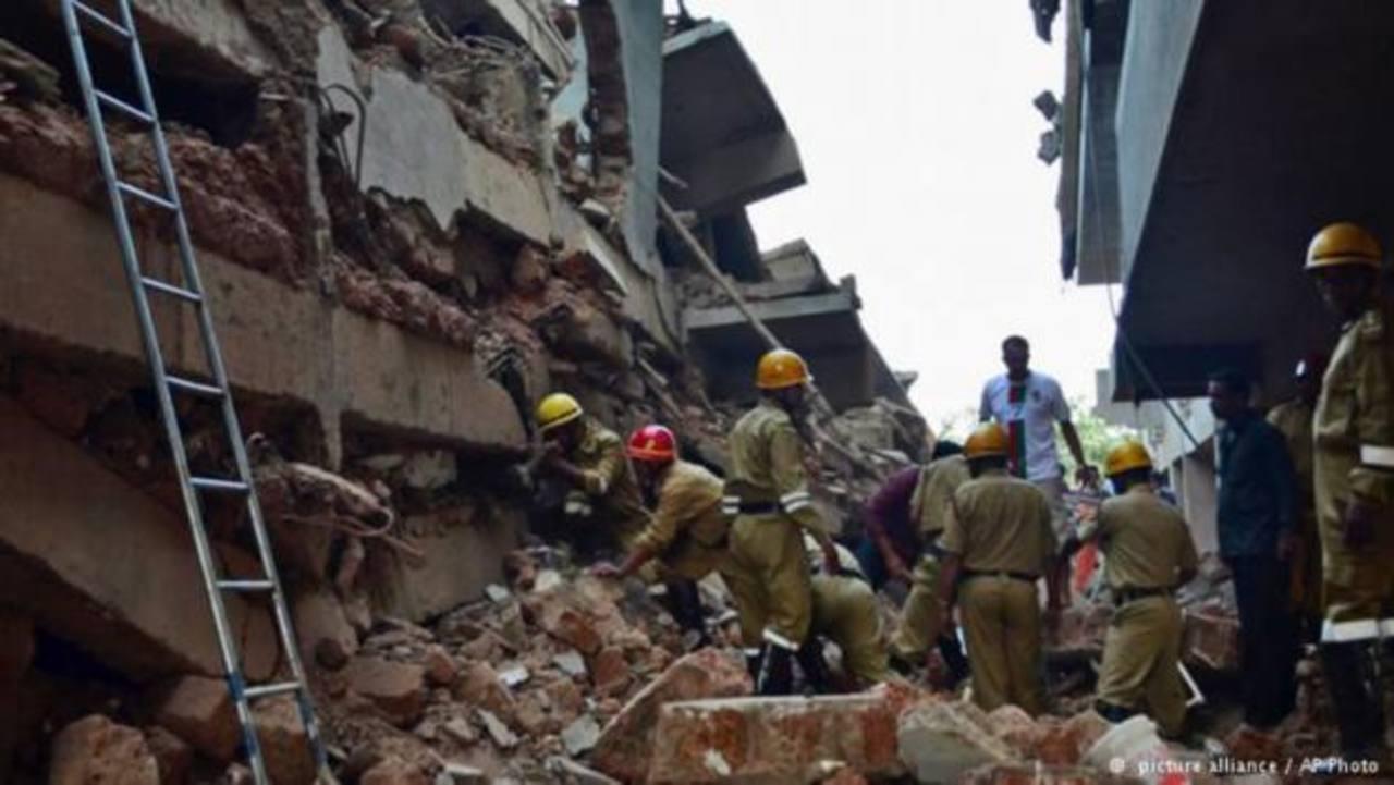 Unos 50 atrapados bajos los escombros tras derrumbe de edificio en la India