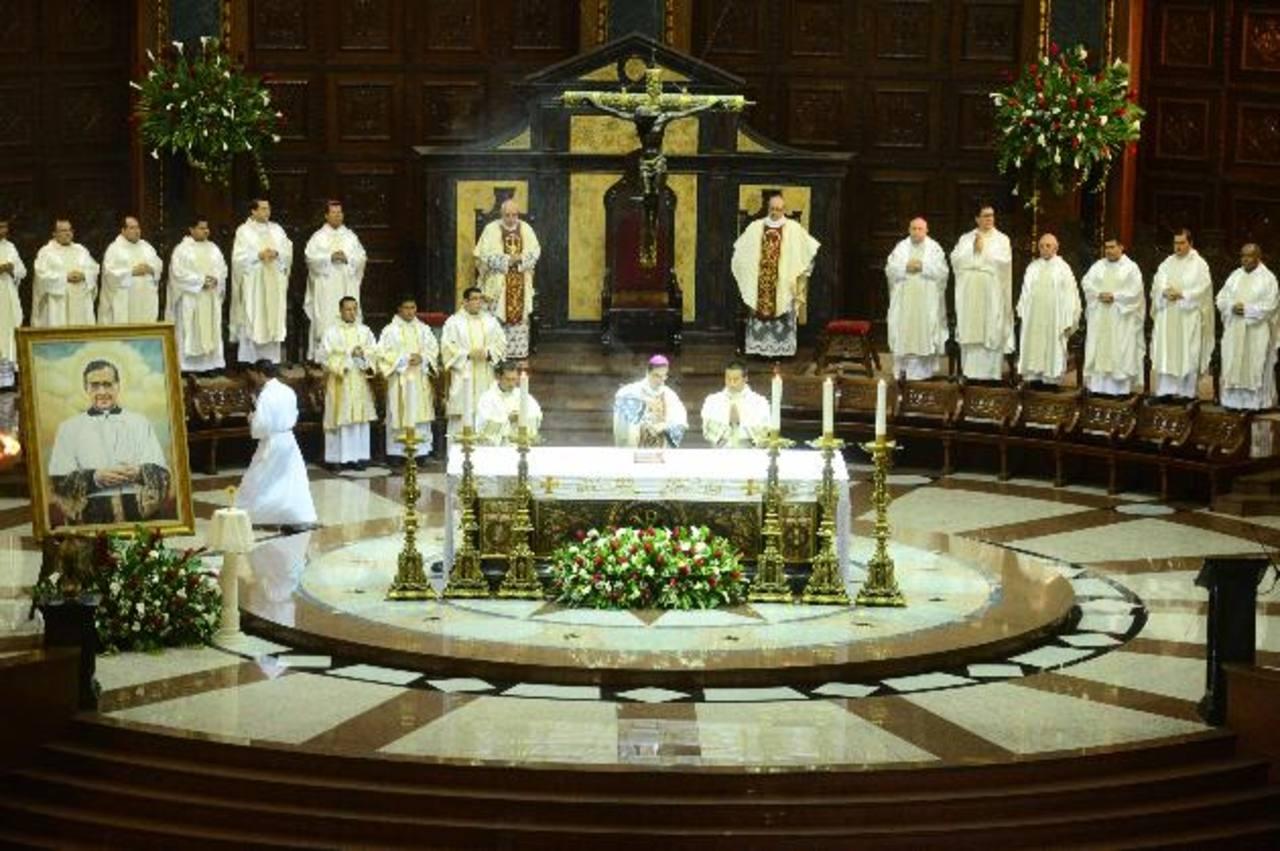 El Arzobispo de San Salvador, monseñor José Luis Escobar Alas, ofició la misa en memoria de San Josemaría Escrivá de Balaguer. Foto EDH / OMAR CARBONERO