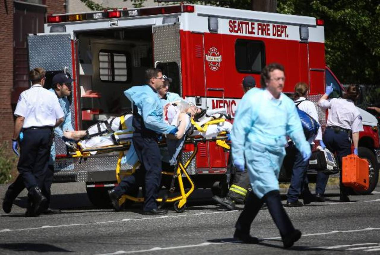 Paramédicos auxilian a una de las personas que resultaron heridas en tiroteo en la Universidad de Seattle Pacific.foto edh/AP