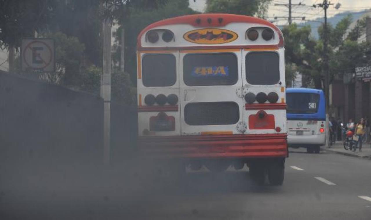La falta de mantenimiento, según mecánicos, y el azufre que contienen los combustibles que se distribuyen en el país, según el MARN y el Minsal, contribuyen a la contaminación del aire en el Área Metropolitana de San Salvador. Foto EDH / ARCHIVO