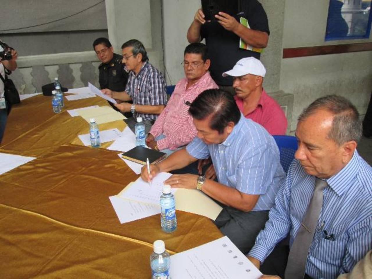 La Policía y los alcaldes de la Red firmaron el convenio de ayuda mutua. Foto EDH / Cortesía