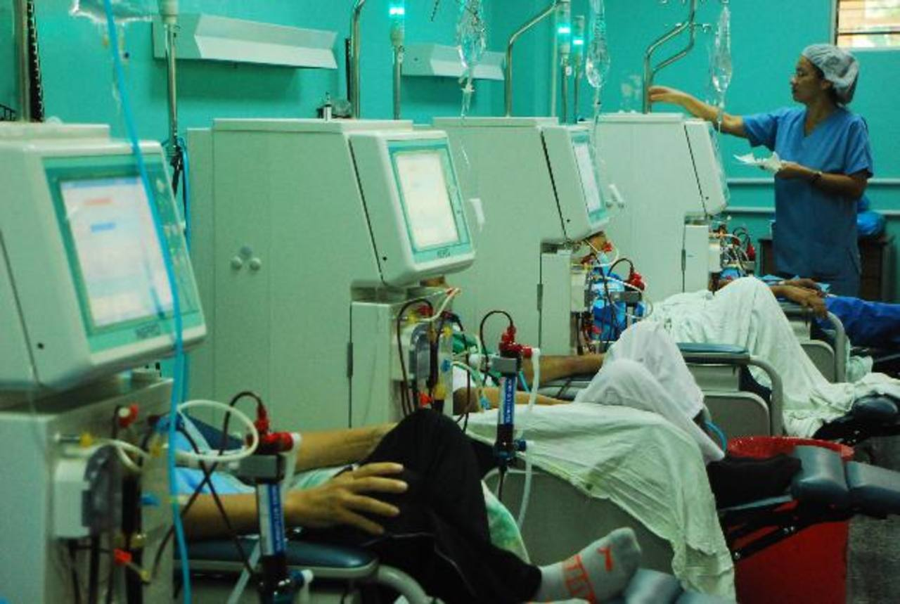 El Hospital Nacional San Juan de Dios, de San Miguel, cuenta con diez aparatos para realizar hemodiálisis, pero a veces no dan abasto para atender la demanda. foto edh / Jenny Ventura