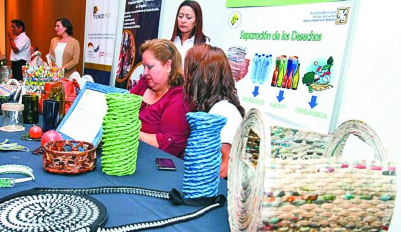 Artículos elaborados con material reciclable. Fotos EDH / Cortesía alcaldía san salvador