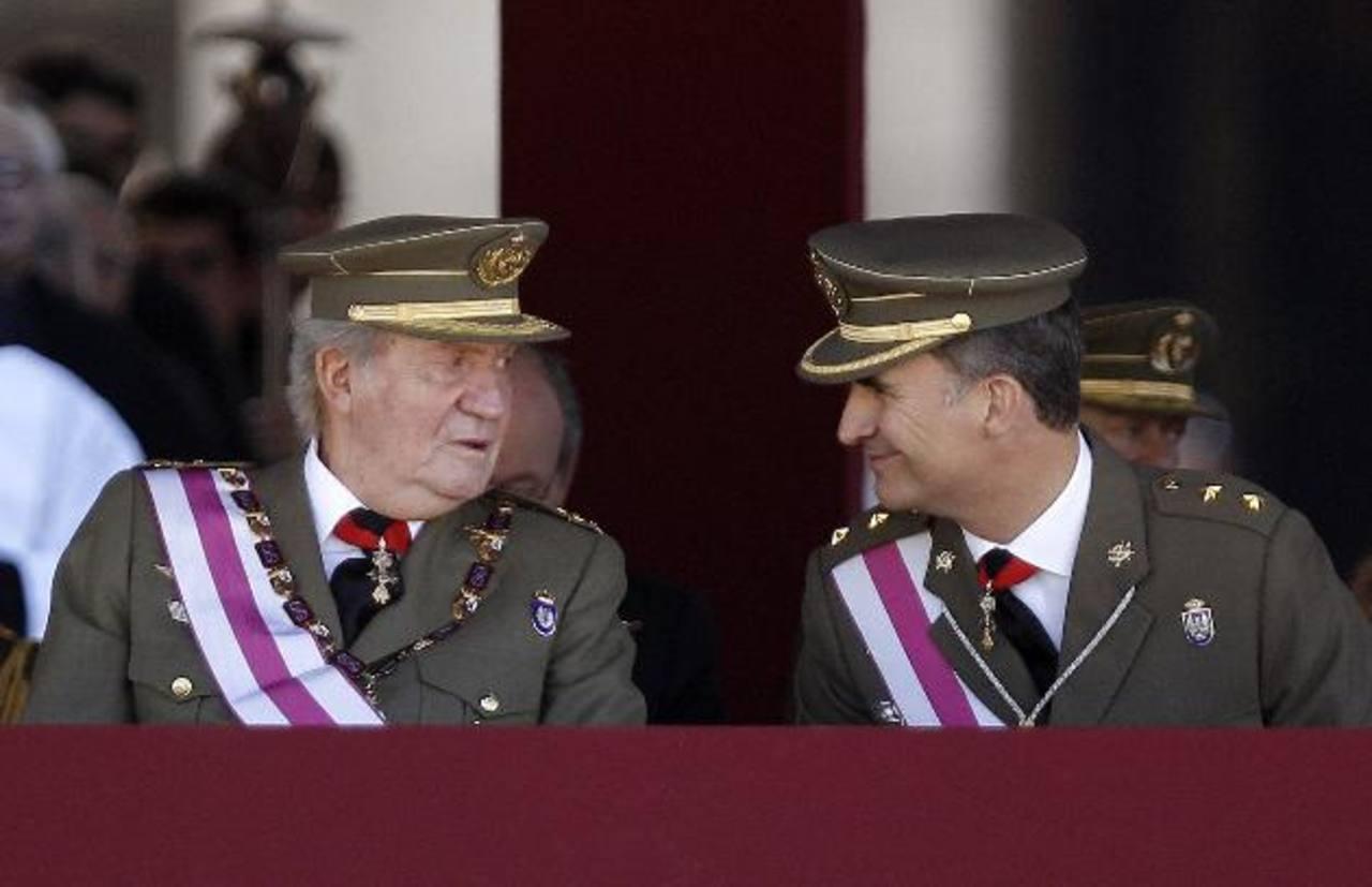 El rey Juan Carlos (izq.) conversa con el príncipe de Asturias, hoy en el Monasterio de San Lorenzo de El Escorial (Madrid). foto edh / efe