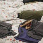 Niños migrantes, hacinados en celdas de concreto