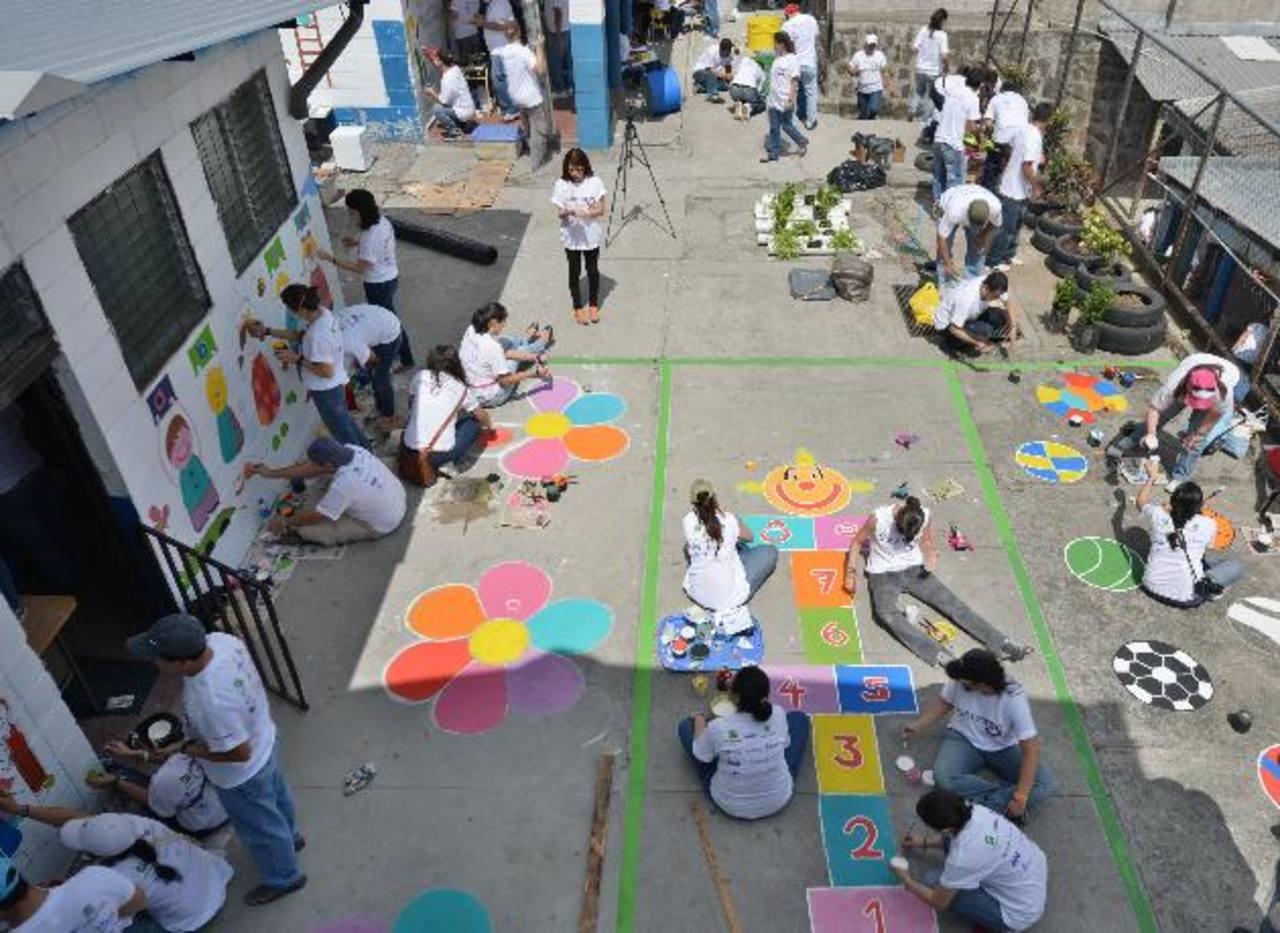 Más de 200 voluntarios , entre colaboradores y aliados de Agrisal participaron en las mejoras del Centro Escolar Credisa. foto edh / DOUGLAS URQUÍLLA.