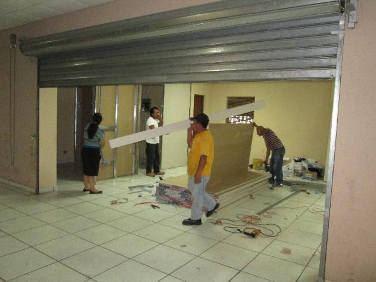 La construcción de la ventanilla tendrá una costo de $4,271; mientras que la clínica, $2,956.El alcalde Roberto Aquino supervisó los trabajos. Fotos EDH /cortesía