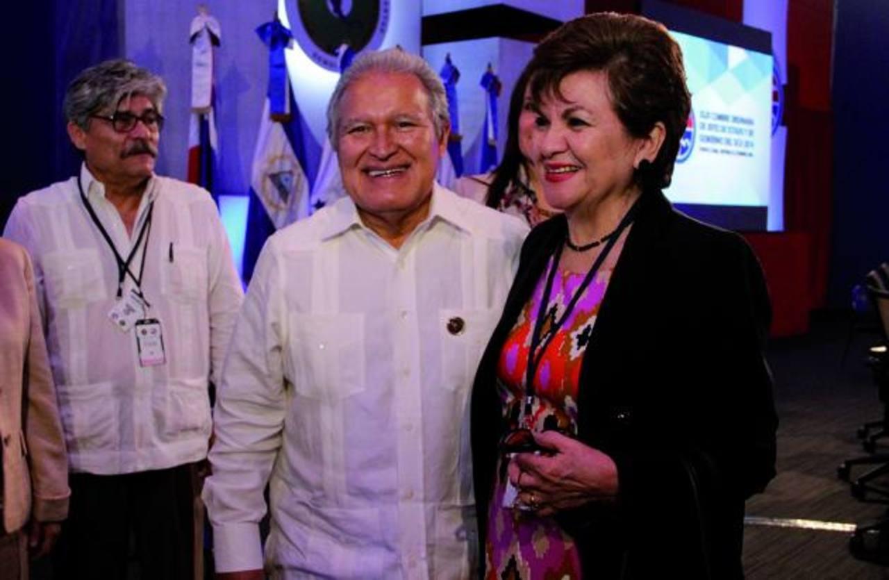 El presidente, Salvador Sánchez Cerén, (segundo de la izquierda) saluda a la nueva secretaria general del Sica, la abogada Victoria Marina de Avilés. Foto EDH / cortesía de capresAyer se desarrolló, en República Dominicana, la XLIII Reunión Ordinaria