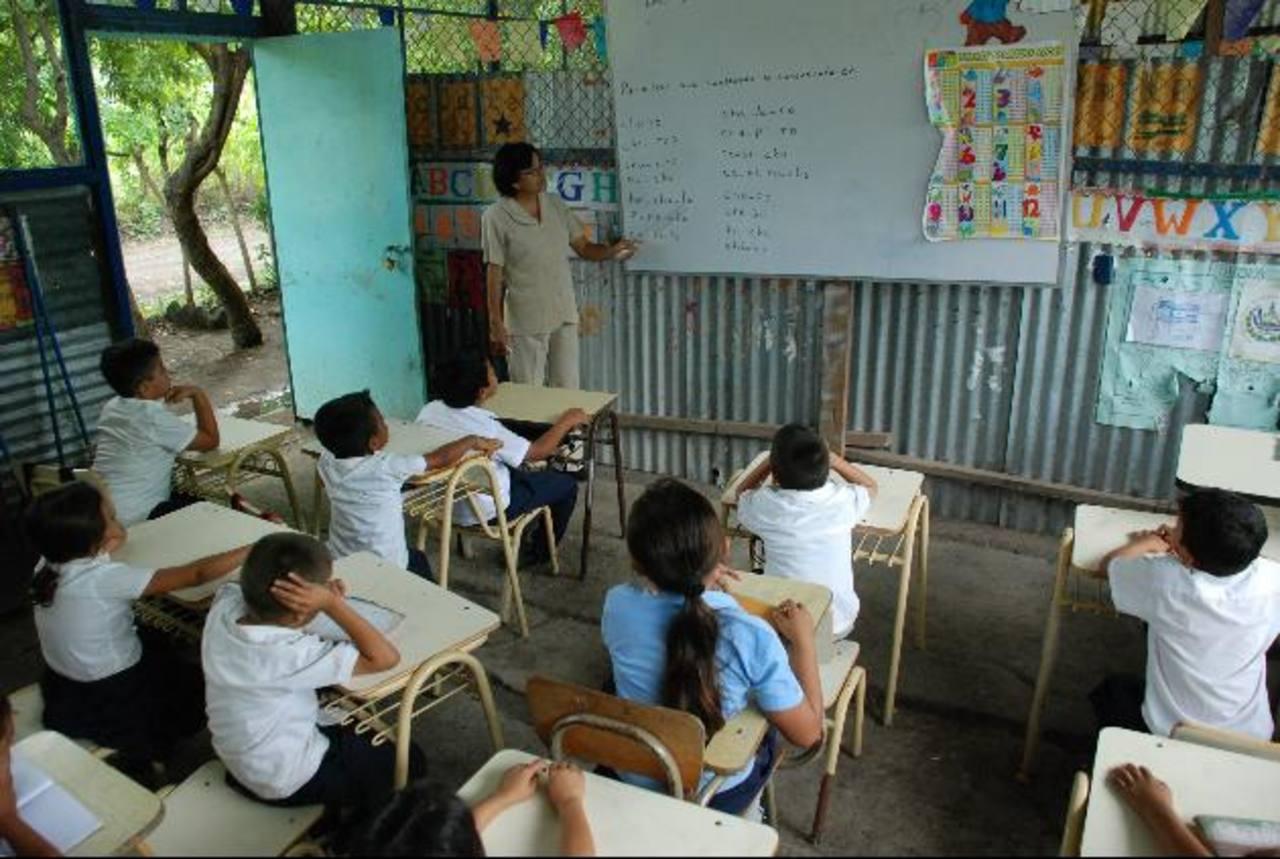 Muchos docentes y alumnos trabajan en centros educativos públicos que están en condiciones precarias. Foto EDH / ARCHIVO