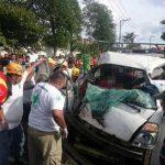 Socorristas rescatan de entre los hierros retorcidos del vehículo a una mujer tras accidente en calle a Mariona.