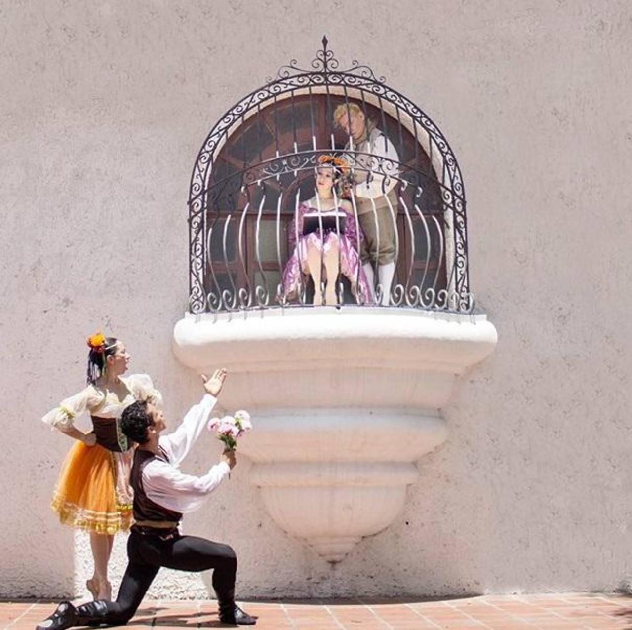 """Escena del ballet de """"Coppélia"""". Franz hace lo imposible por llamar la atención de la bella muñeca animada expuesta en el balcón."""