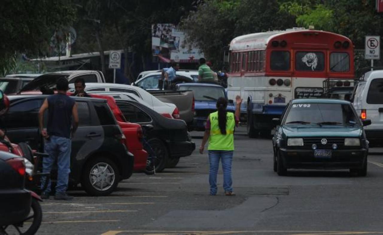 Propietarios de los negocios aseguran que sus ganancias han disminuido desde que se cobra el parqueo el la zona turística El Mirador, en Los Planes de Renderos. foto edh / miguel Villalta
