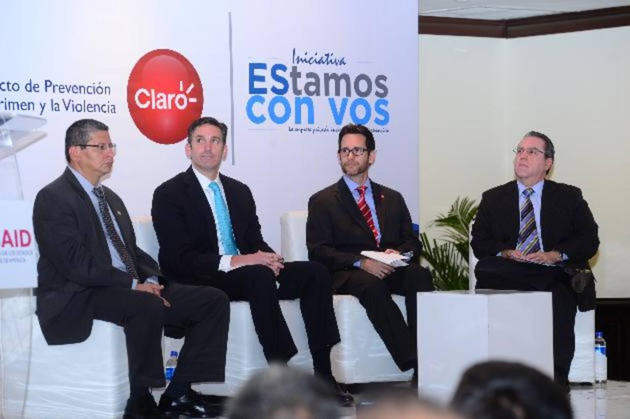 Javier Martínez, viceministro de Seguridad, Larry Sack, subdirector de USAID y Eric Bhener, de Claro, durante la firma del convenio. Foto /EDH Omar Carbonero.