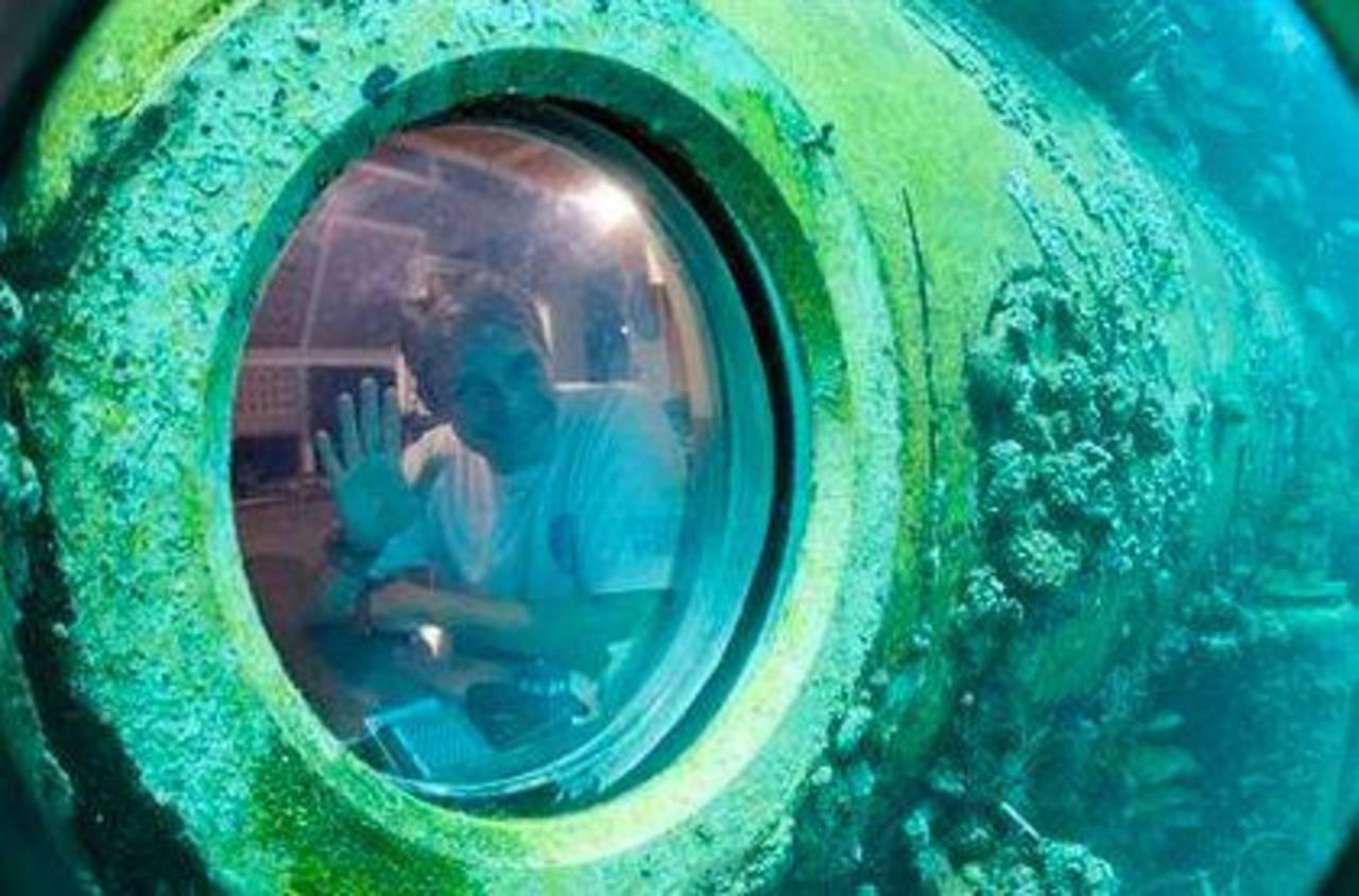 Fabien Cousteau saluda desde la Base Aquarius Reef, un laboratorio a 20 metros (63 pies) debajo del nivel de las aguas de Key Largo.