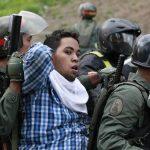 La Guardia Nacional de Venezuela detuvo a varios manifestantes durante una protesta contra Maduro en Caracas, el mismo día que se realizaba la audiencia al líder opositor. Foto EDH / ReutersFigura de cartón de Leopoldo López. foto edh / Reuters