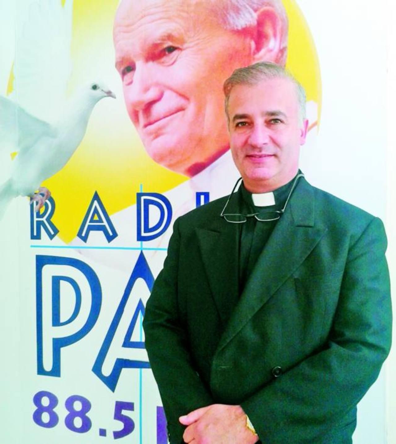 """El sacerdote mexicano es autor el libro """"El anillo es para siempre"""". Foto EDH / Georgina Vividor"""