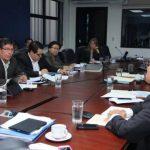 El presidente de Abansa, Armando Arias (a la derecha), explicó a la Comisión de Hacienda los efectos negativos que acarreará el impuesto a las operaciones financieras. foto edh / CORTESÍA