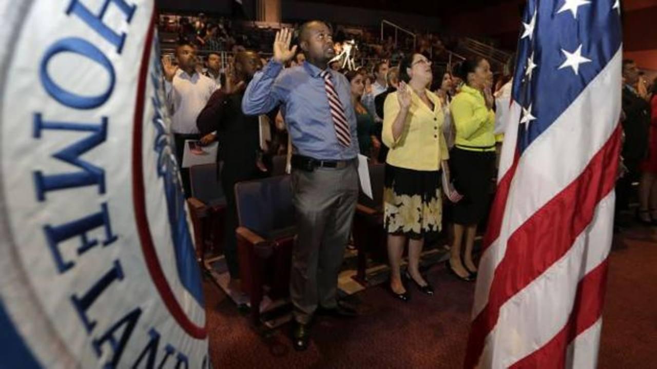 Nuevos ciudadanos recitan su juramento durante una ceremonia de naturalización. foto edh / imagen tomada de infobae