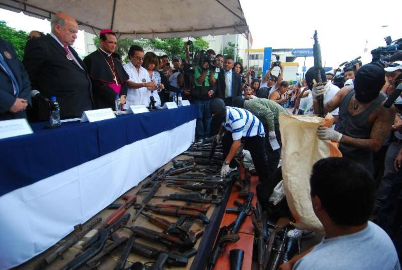 Pandilleros entregan algunas armas, la mayoría en mal estado, en el parque Libertad. Como parte de la tregua. Foto EDH