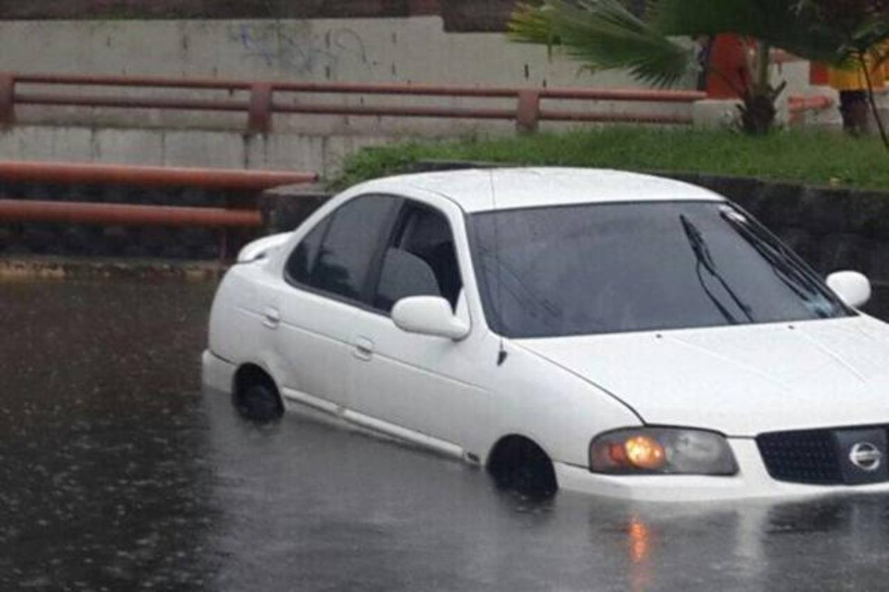 Inundación en la 49 Avenida Sur, zona Estadio Mágico González