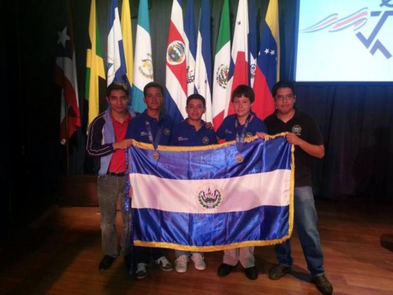 La delegación salvadoreña en la XVI Olimpiada de Centroamérica y El Caribe. Al centro los competidores. FOTO EDH/ CORTESÍA