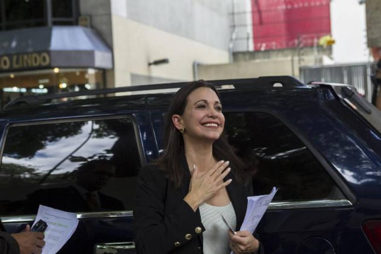 La dirigente opositora venezolana María Corina Machado afuera de la sede de la OEA en Caracas. foto edh / EFE