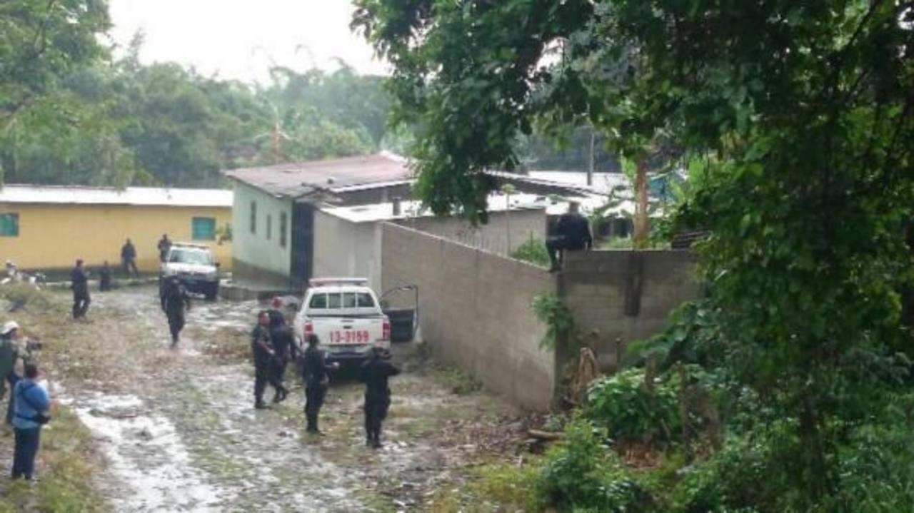 Policías en busca de pandilleros que asesinaron a investigador en San Vicente.