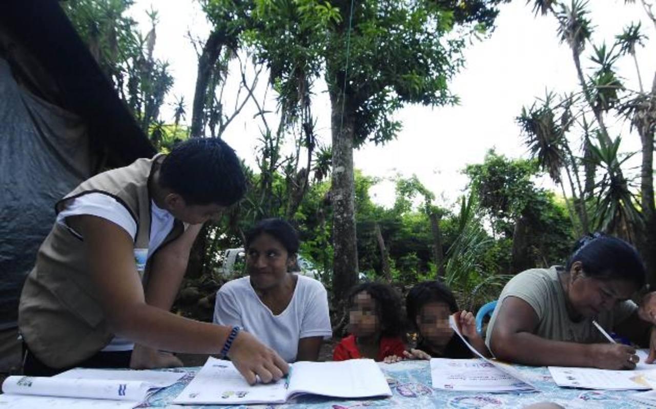 Los círculos de alfabetización buscan llegar a todos los rincones del país; pero, los recursos son escasos. Foto EDH / Archivo