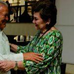 Sánchez Cerén saluda a Victoria Marina de Avilés, quien ha trabajado como diplomática desde el gobierno anterior.