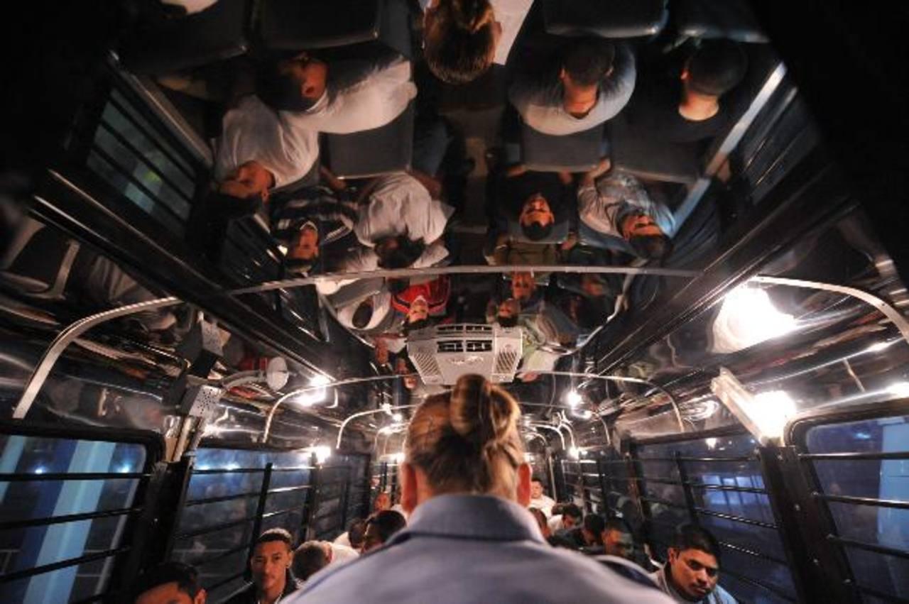 Inmigrantes indocumentados salvadoreños son trasladados en bus desde un centro de detenciones en Texas. foto edh /archivo