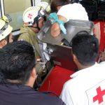Socorristas de la Cruz Roja bajan de la ambulancia a Ángela López, en la entrada de la sala de Emergencias del hospital nacional Rosales.
