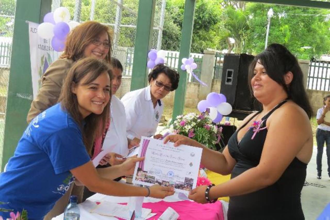 La graduación se llevó a cabo en el Polideportivo de Atiquizaya. Foto EDH / Roberto zambrano