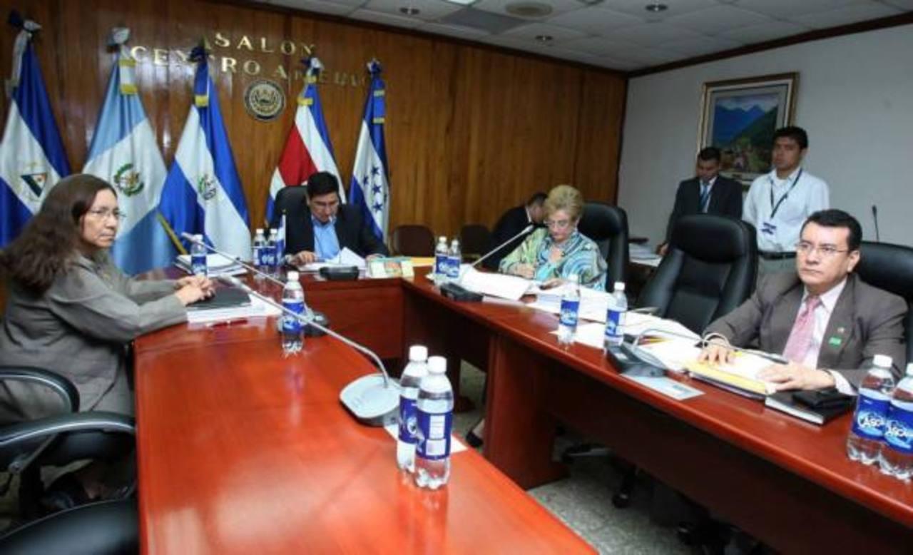 Diputados Norma Guevara, Douglas Avilés y Milena de Escalón: La subcomisión evaluó ayer a 33 aspirantes de un total de 83.