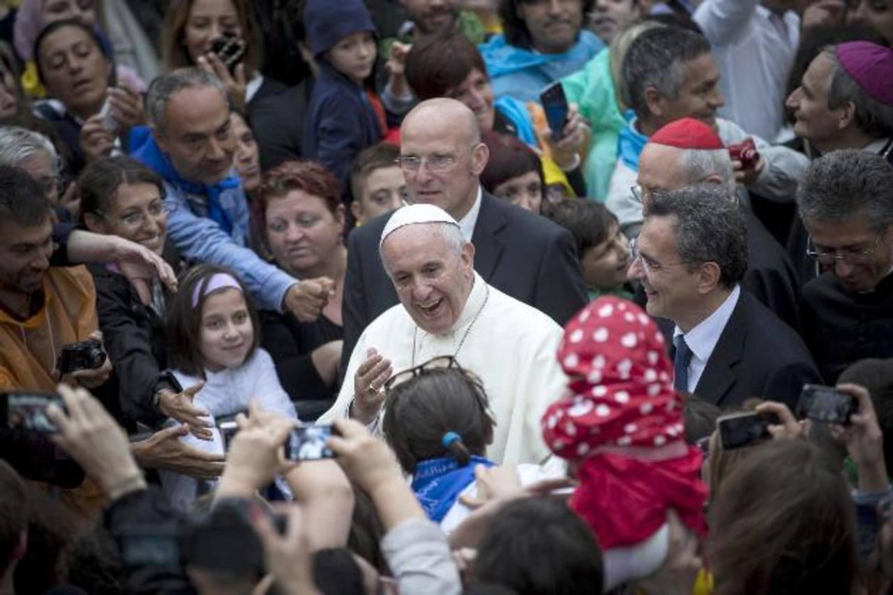 Francisco acudió ayer a la comunidad de San Egidio para reunirse con personas sin recursos, inmigrantes, ancianos, discapacitados y sin domicilio. foto edh / efe