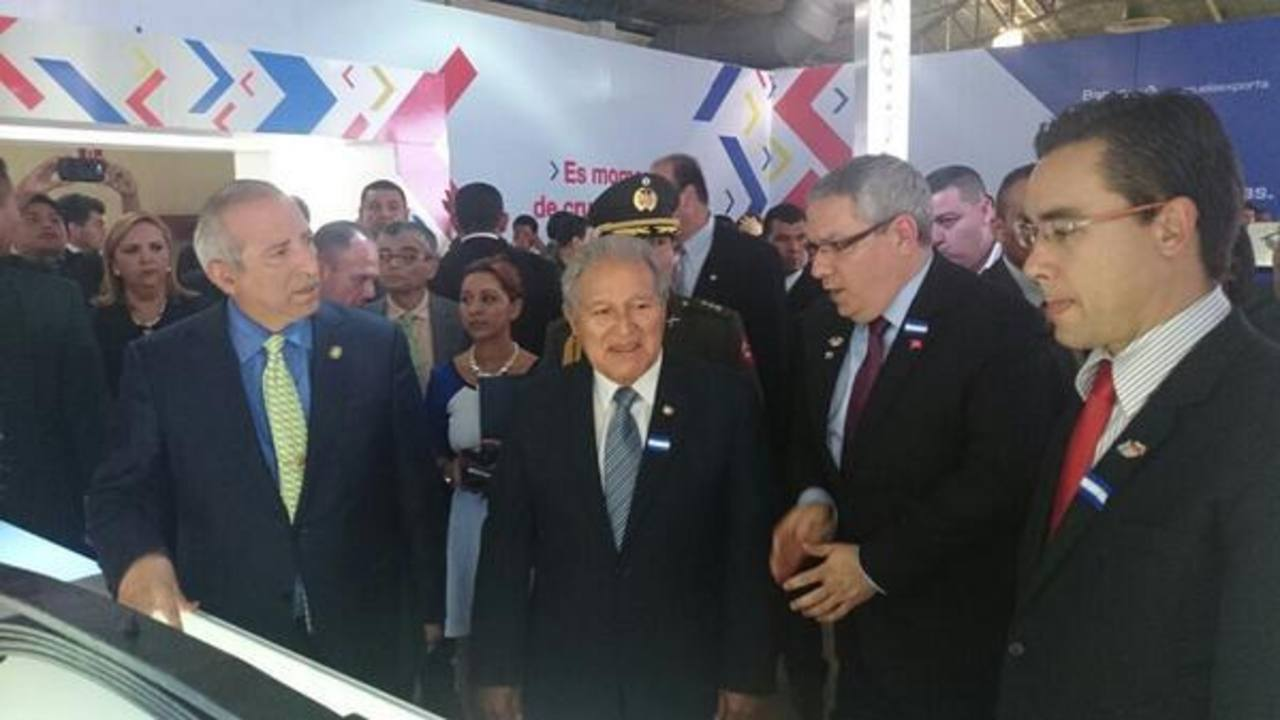 El Presidente Salvador Sánchez Cerén recorre la muestra venezolana en el CIFCO.