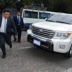 El exmandatario Mauricio Funes llegó a la sede del Parlacen, en Ciudad de Guatemala, en esta camioneta Land Cruiser, acompañado de personal de seguridad y apoyándose en un bastón. Lo recibieron Ciro Zepeda y Mirtala López. Foto EDH / Mauricio Cáceres