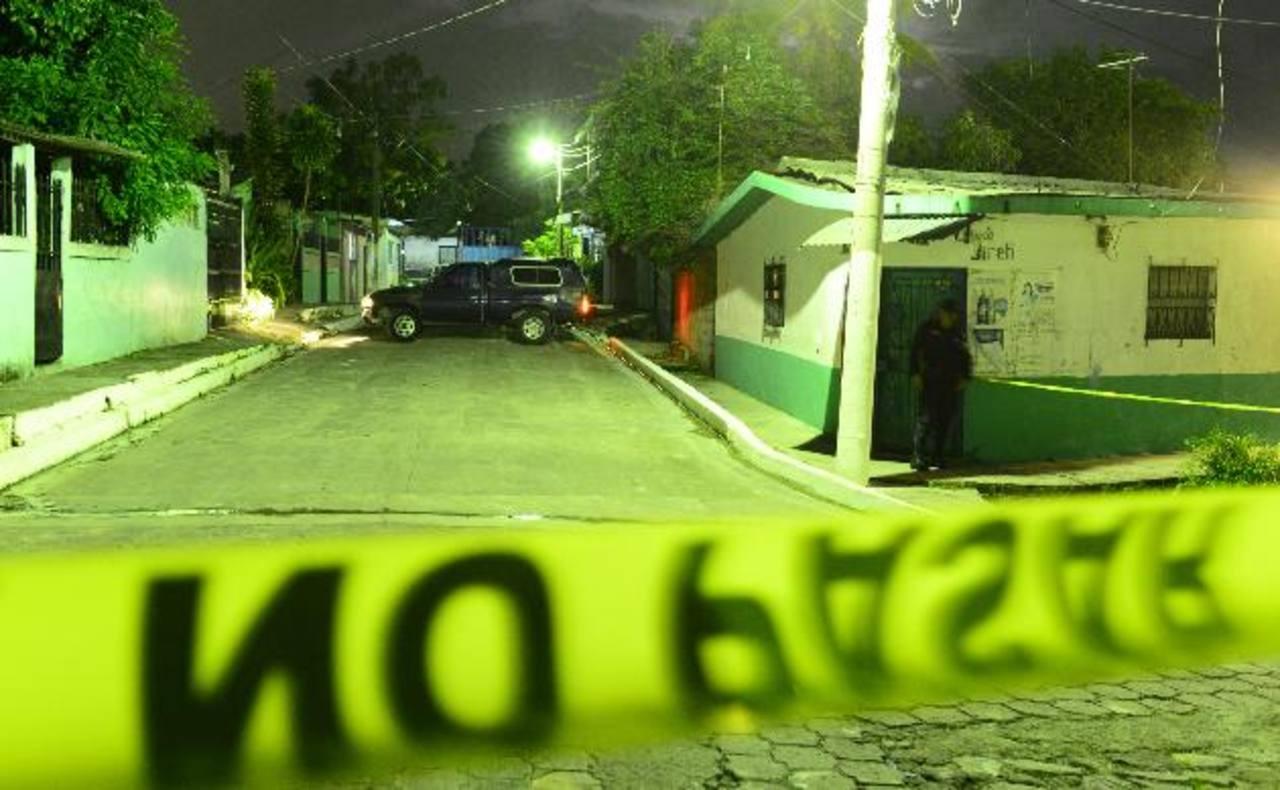 En San Martín fueron asesinados tres sujetos la noche del viernes, al parecer por riñas entre pandillas contrarias. Ayer otras seis personas fueron ultimadas. Foto EDH /Jaime Anaya