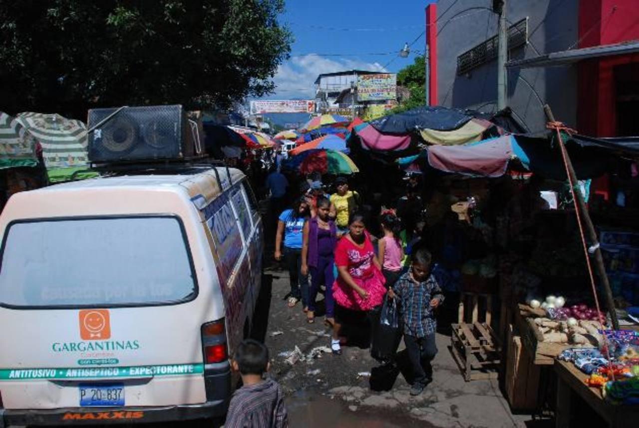 Las avenidas donde podrán vender serán delimitadas por líneas amarillas y no podrán salirse. foto edh / ARCHIVO foto edh / ARCHIVO