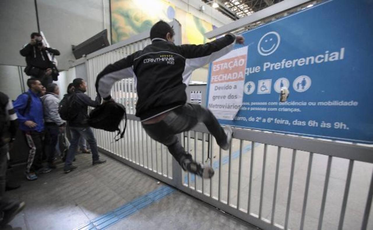 Un grupo de usuarios del metro invadió ayer la estación de Itaquera, una de las de mayor movimiento. foto edh / reuters