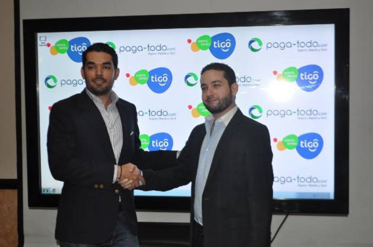 Representantes de las marcas Paga-Todo.com y de Tigo dieron a conocer la alianza. Foto EDH / David Rezzio